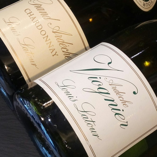 Blancos de Louis Latour de l'Ardèche. Viognier para quesos cremosos de corteza lavada. Chardonnay muy versátil, se adapta a quesos semi curados de oveja y cabra
